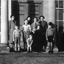 Lady Helen O'Brien with evacuees, Broxmouth House, Dunbar.jpg